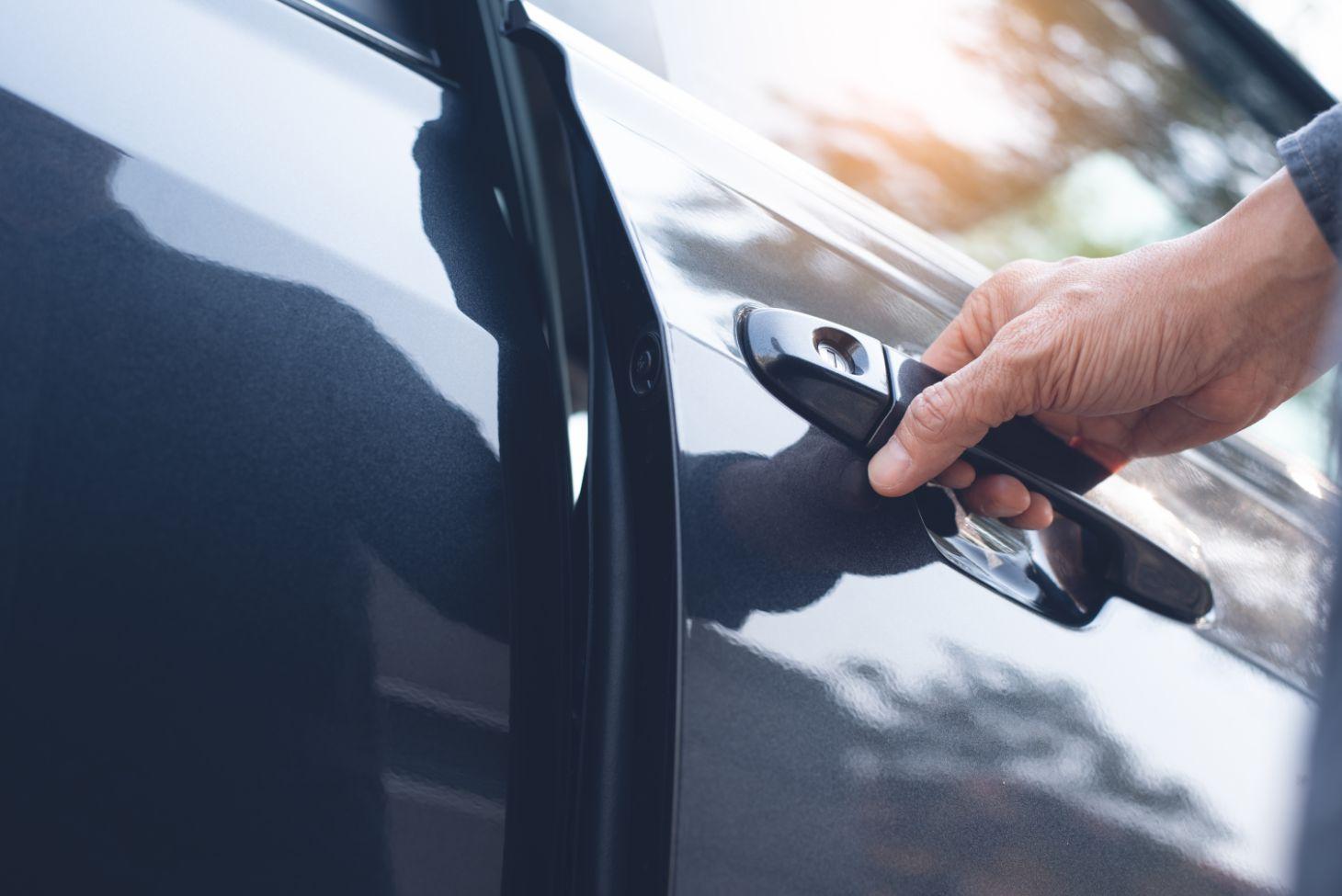 fechar porta do carro mao macaneta carro preto shutterstock