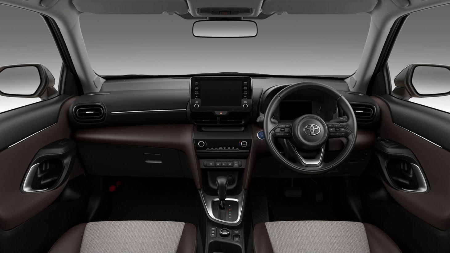 painel do novo toyota yaris cross hybrid com detalhes de volante e central multimidia