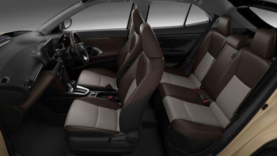 interior do novo suv compacto da toyota yaris cross hybrid com bancos em couro marrom