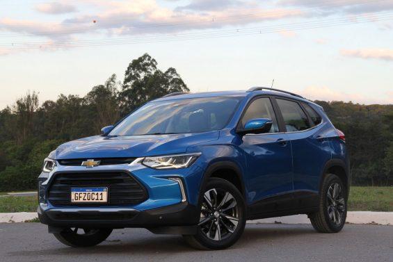 Chevrolet Tracker Premier 2021 na cor azul de frente a 45º