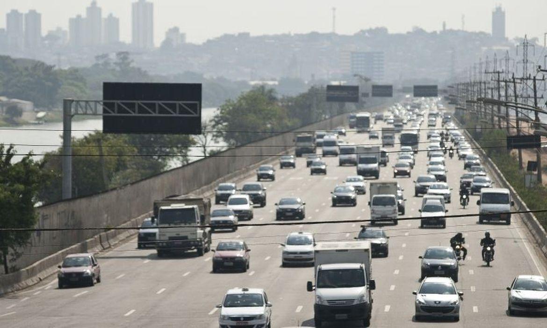 circulacao de carros em avenida larga em sao paulo transito