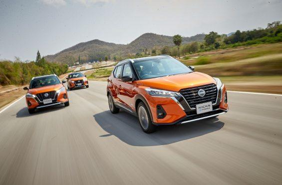 tres nissan kicks 2021 laranja na estrada