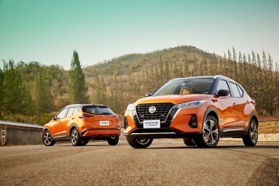 frente e traseira do novo nissan kicks 2021 e power alaranjado