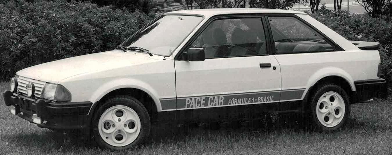 escort xr3 pace car 1984 branco visto de frente: ford desenvolveu diferentes séries especiais inspiradas no automobilismo para seus carros