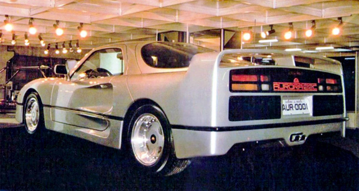 carros esportivos brasileiros aurora 122c prata de traseira no Salão do Automóvel de São Paulo