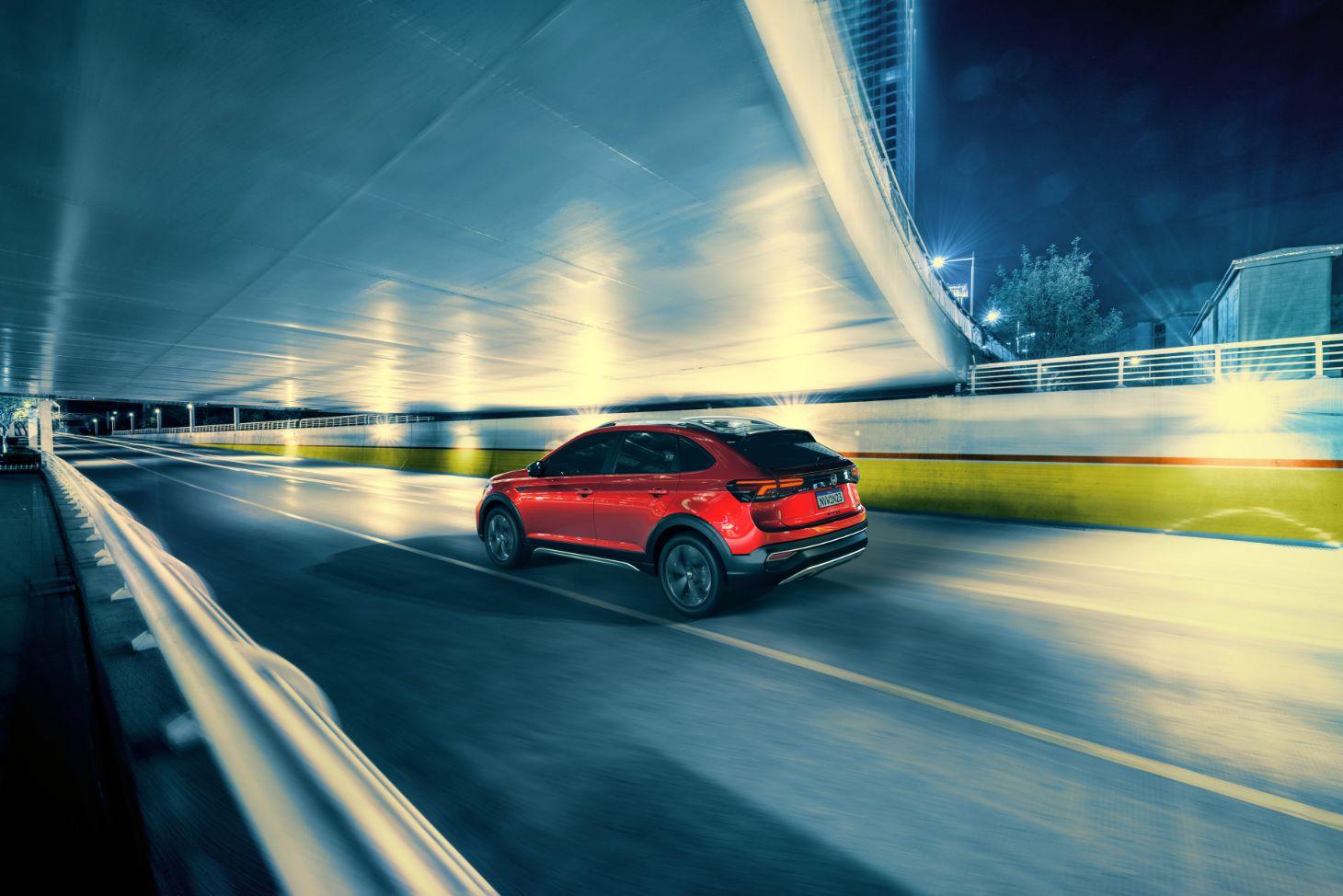 Volkswagen Nivus 2021 vermelho em movimento na estrada