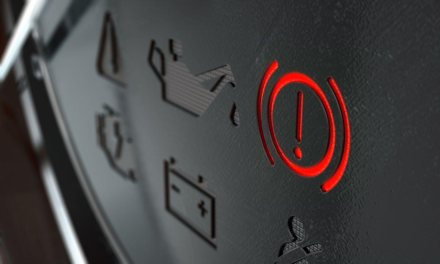 Luz de freio acesa no painel de instrumentos do carro em detalhe
