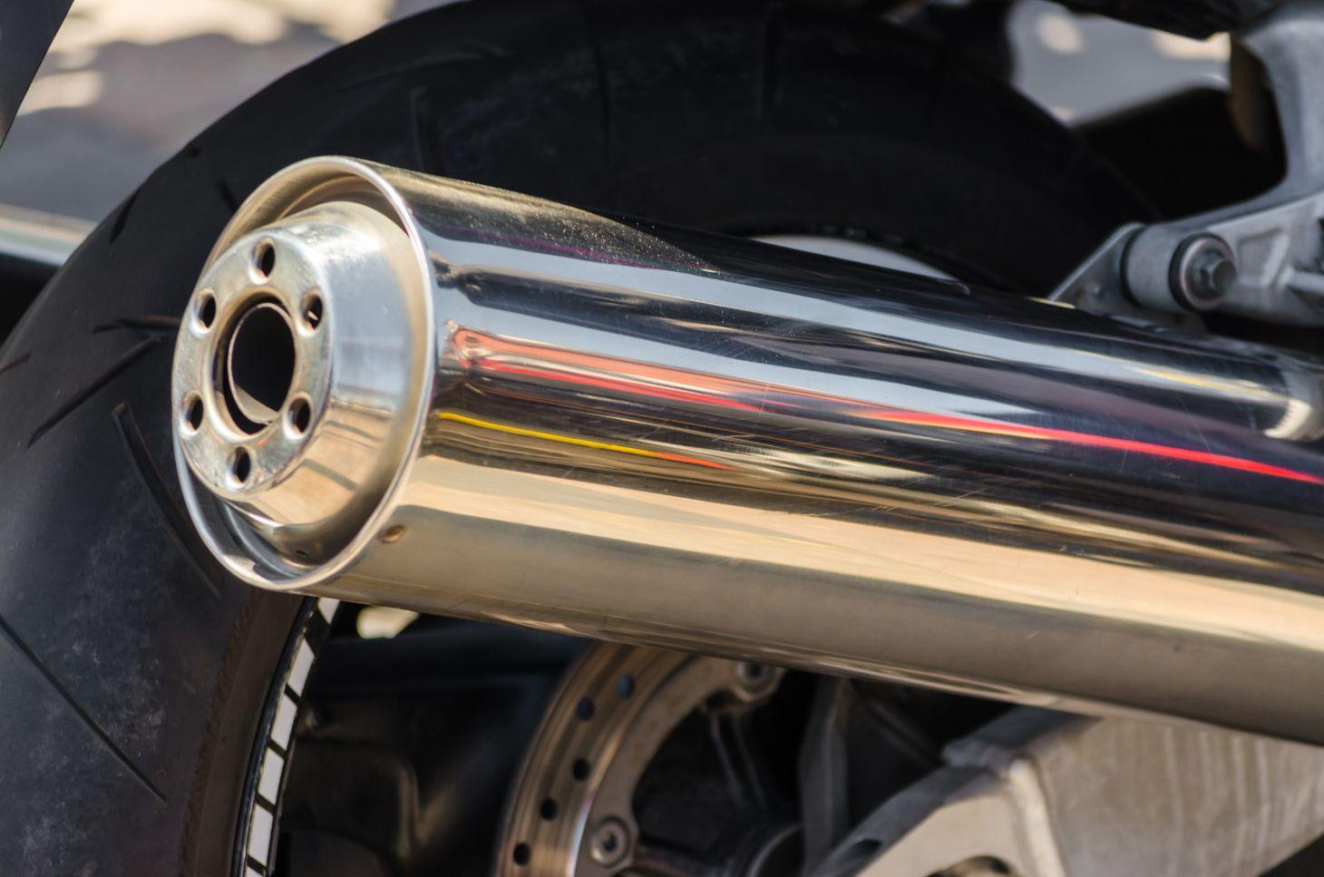 cano de descarga de moto cromado escapamento motocicleta foto shutterstock