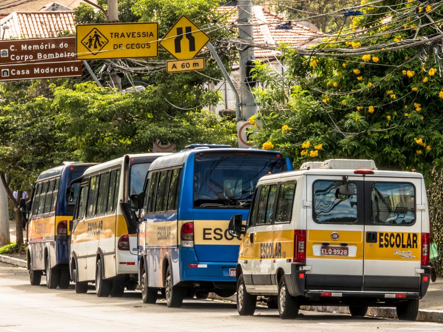 vans escolares e microonibus na porta de escola em rua de sao paulo shutterstock