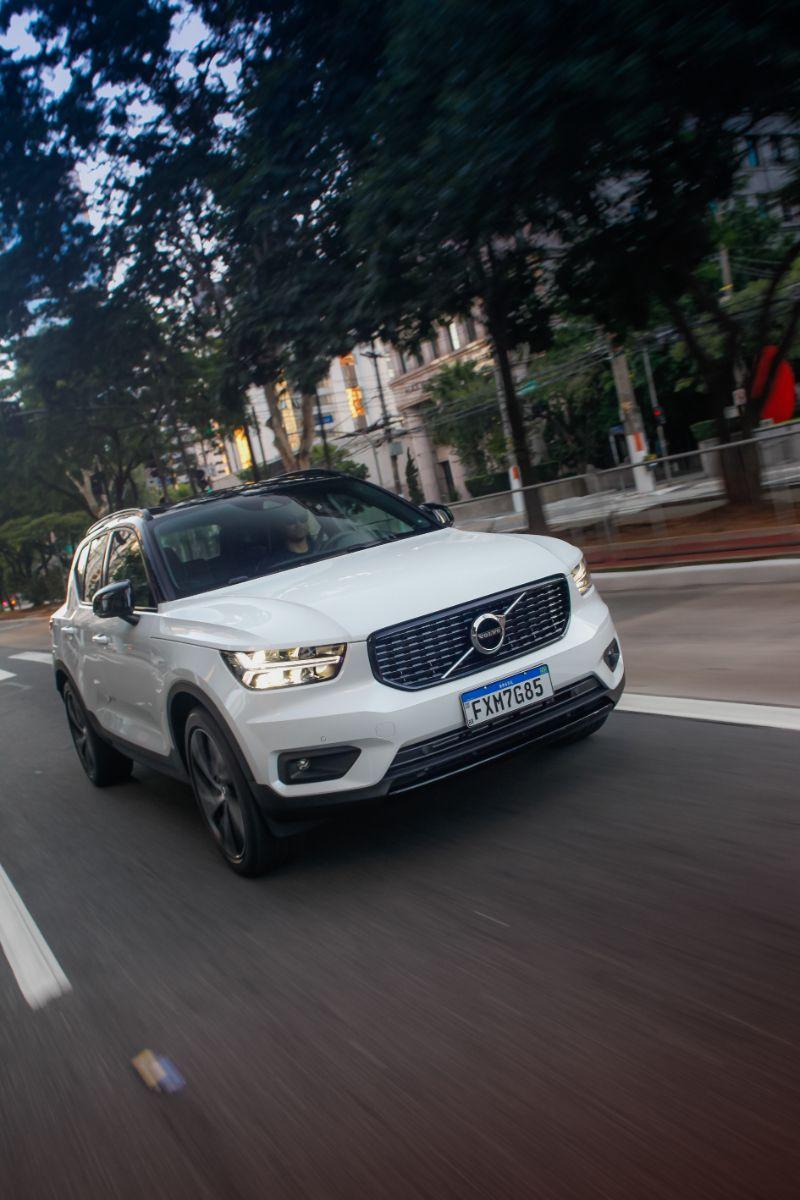 Volvo XC40 Plug-In Hybrid R-Design branco de frente em movimento