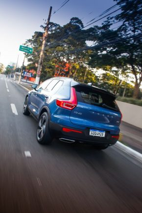 Volvo XC40 Plug-In Hybrid R-Design azyl traseira em movimento