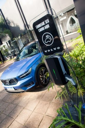 Volvo XC40 Plug-In Hybrid R-Design azul carregamento baterias tomada