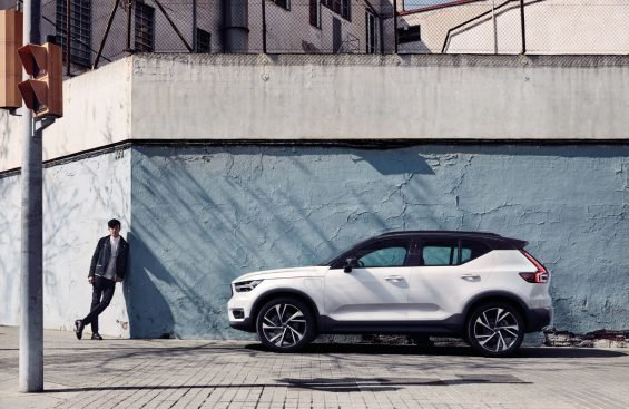 Volvo XC40 Plug-In Hybrid R-Design branco lateral