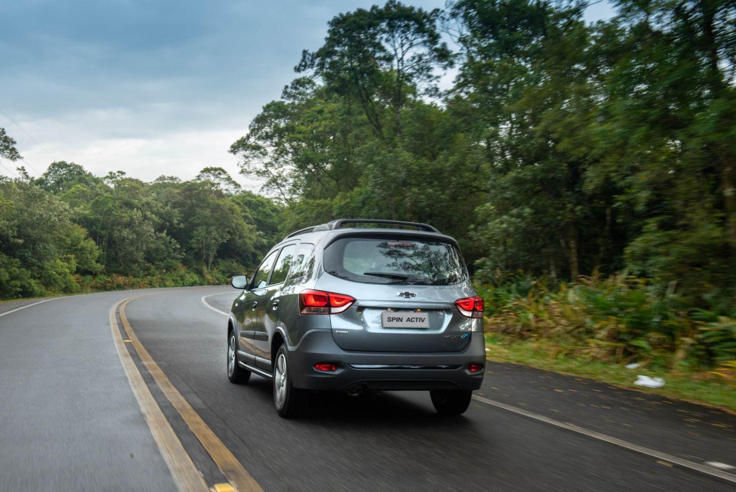 Chevrolet Spin Activ 2021 em movimento na estrada