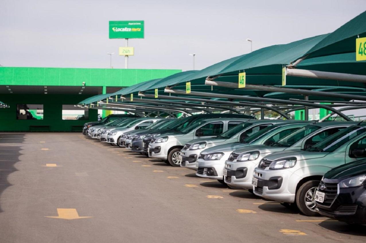 estacionamento cheio de veiculos de locadora ou frota da localiza hertz 1