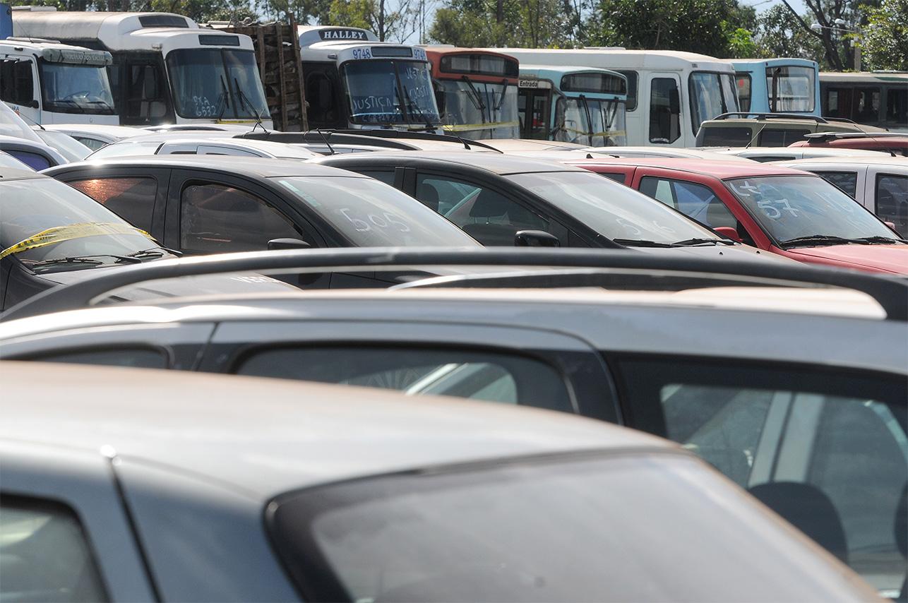 carros em pátio à espera de leilão