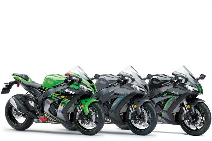 tres motocicletas ninja zx 10r e ninja zx 10r se modelos 2020 enfileiradas sendo uma delas verde