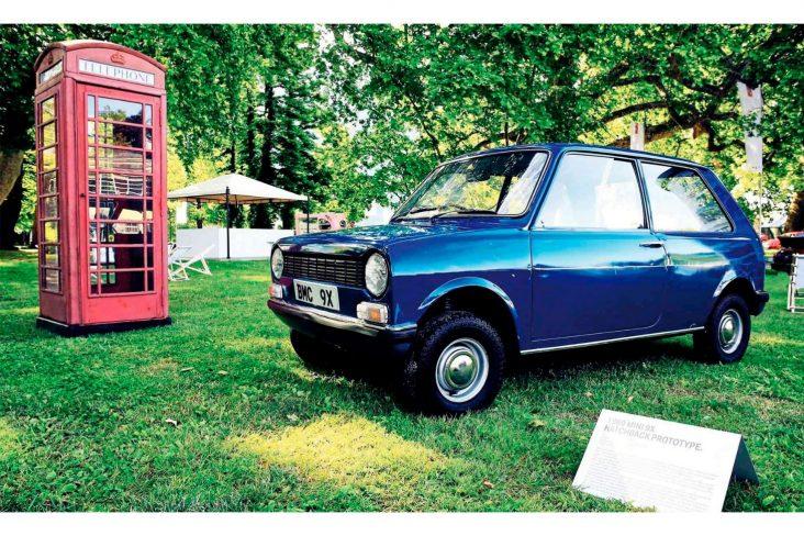 mini 9x hatchback estacionado em gramado