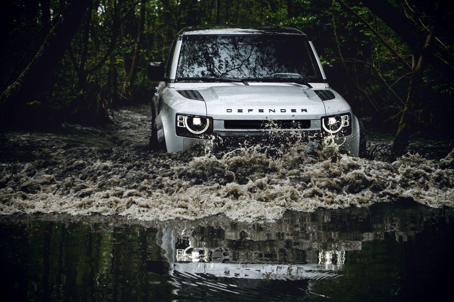 Novo Land Rover Defender atravessando trecho alagado off-road
