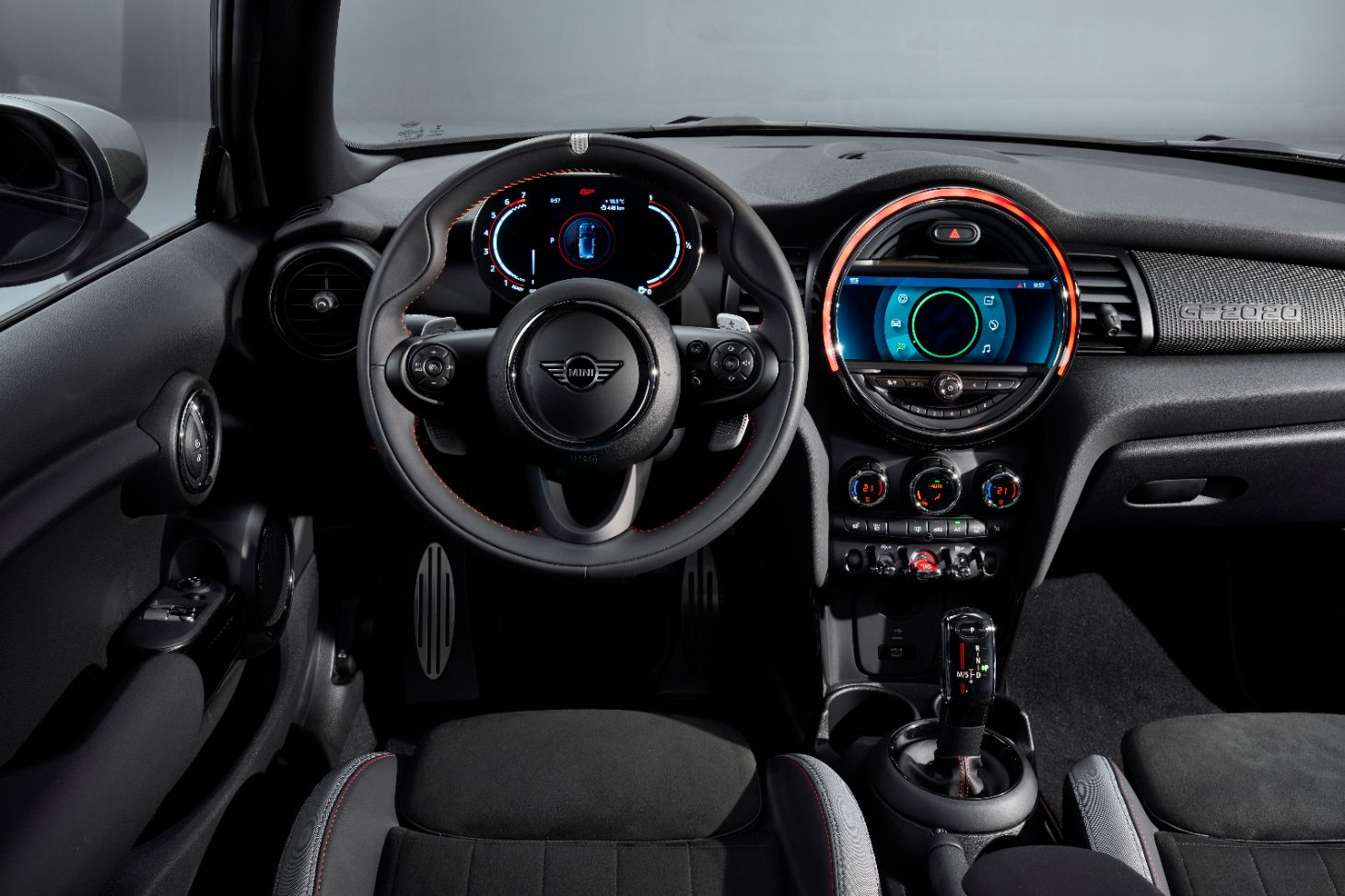 interior do mini john cooper works gp com foco em volante e painel