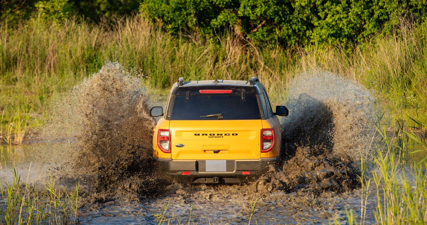 Novo SUV Ford Bronco na cor amarela com a traseira em detalhe