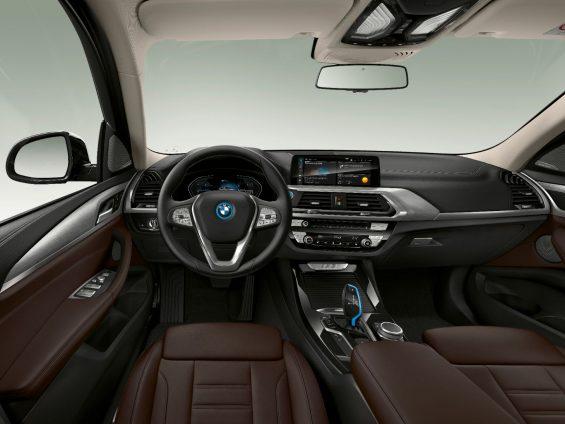 interior da bmw ix3 com foco em volante e painel