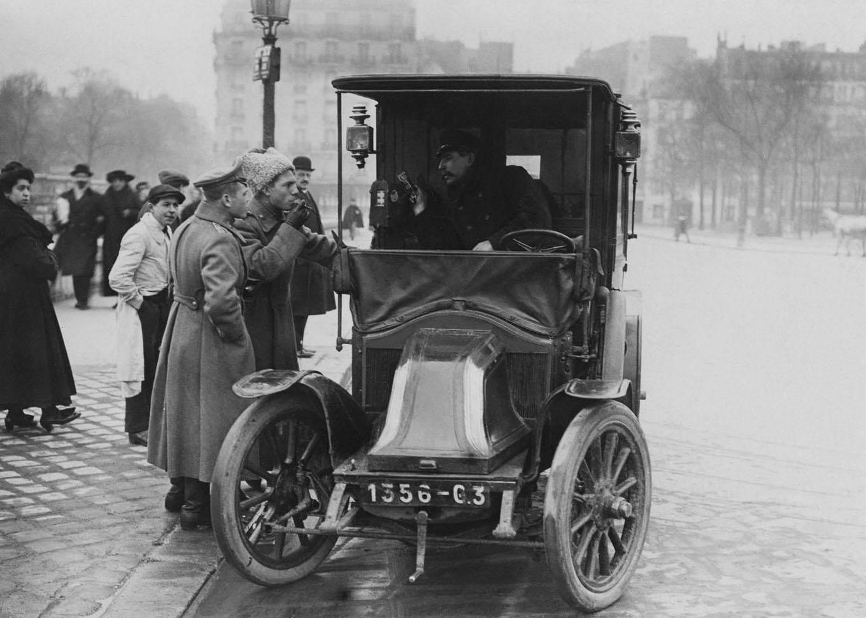 Renault type AG taxi em Paris: franceses utilizaram carros de praça para chegarem aos campos de batalha durante Primeira Guerra Mundial