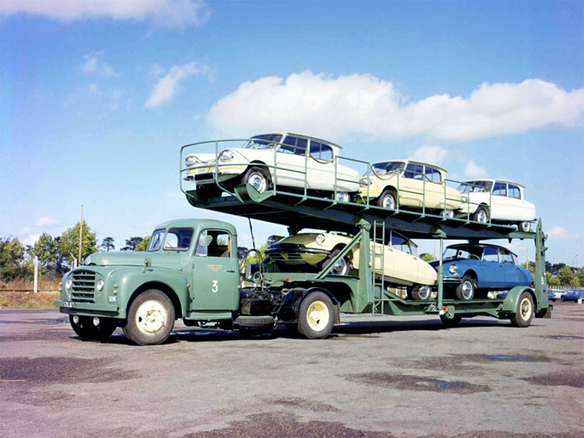 Cegonheira carregada com carros franceses Citroen Ami e DS