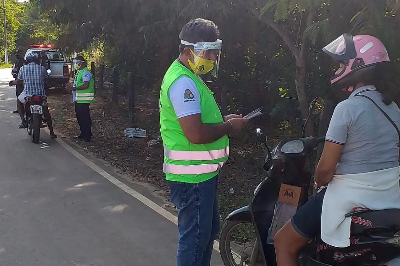 agentes do detran para fiscalizam motociclistas em estrada