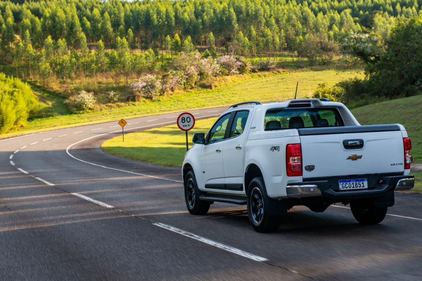 Nova Chevrolet S10 na cor branca com a traseira em detalhe