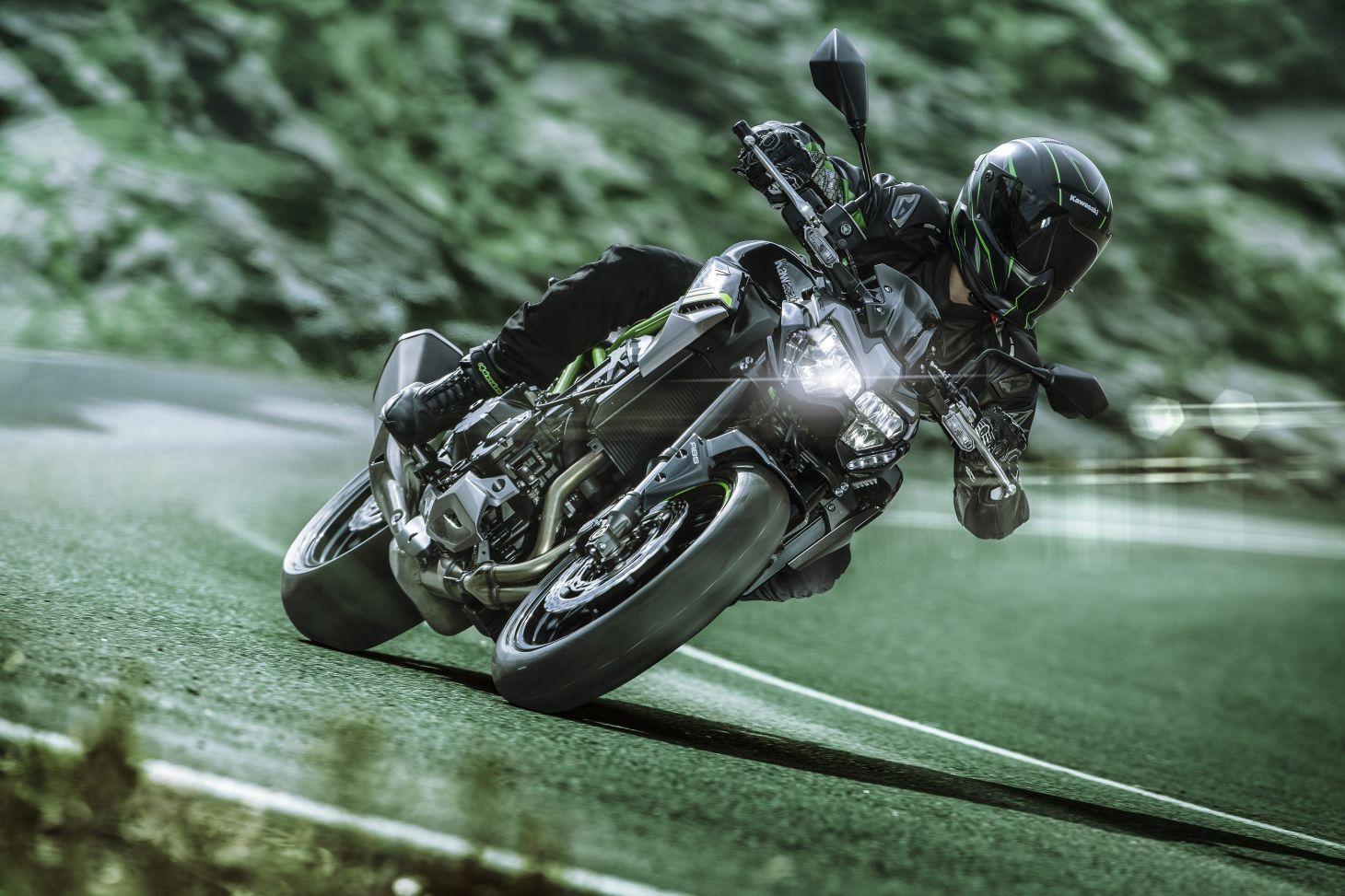 Kawasaki Z 900 2021 preta em movimento