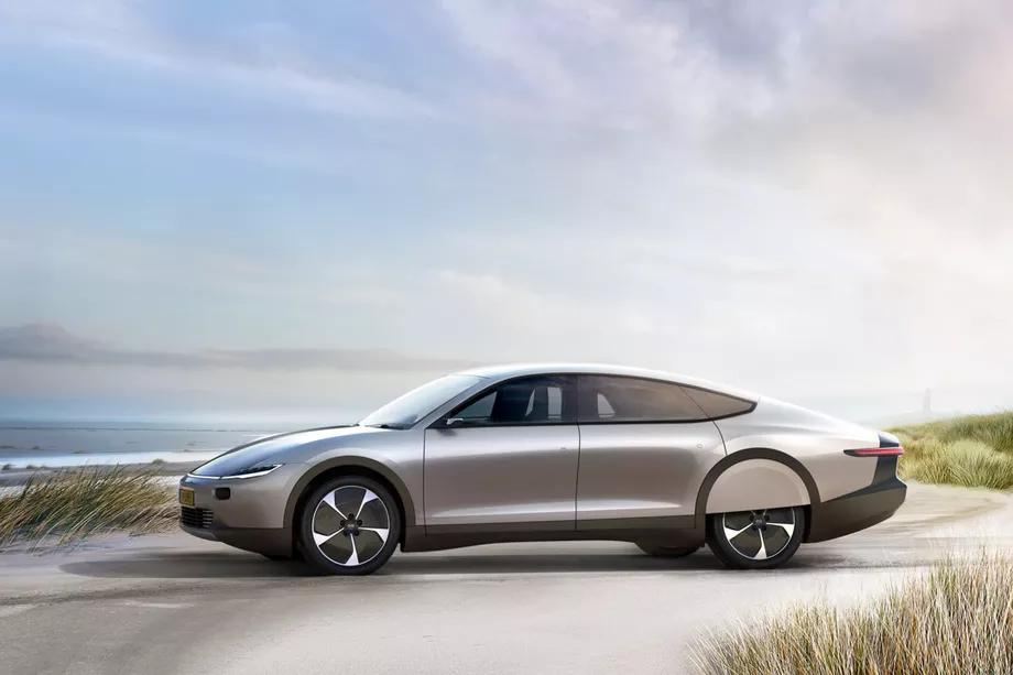 lightyear one carro movido a energia solar visto de frente estacionado em praira