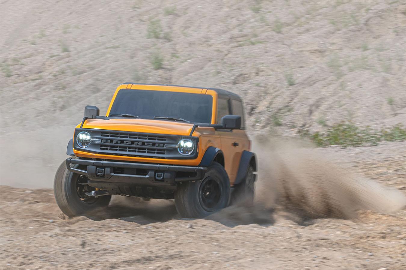ford bronco first edition amarelo de frente em movimento