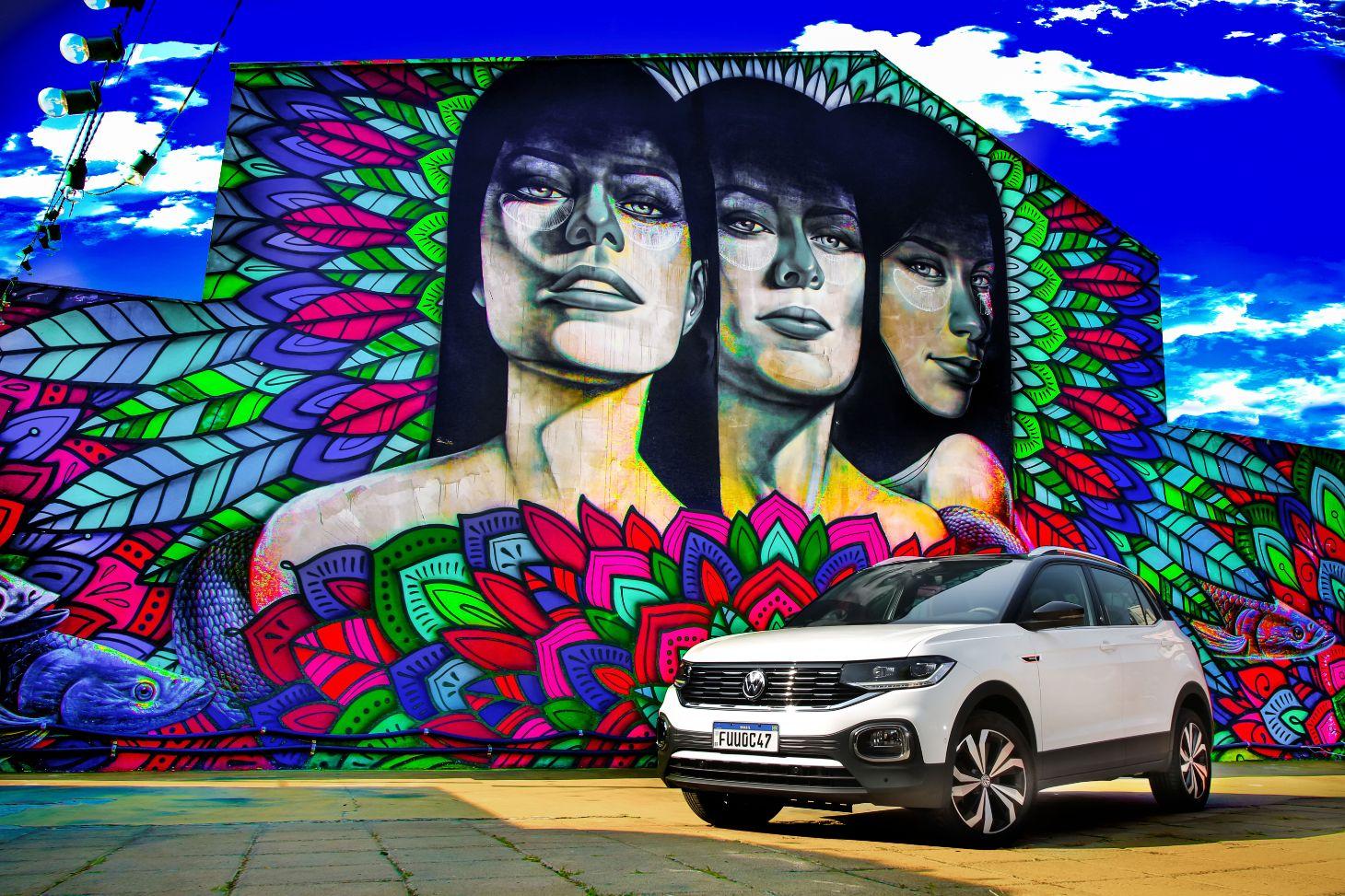 volkswagen t cross 2021 branco estacionado em frente a muro grafitado