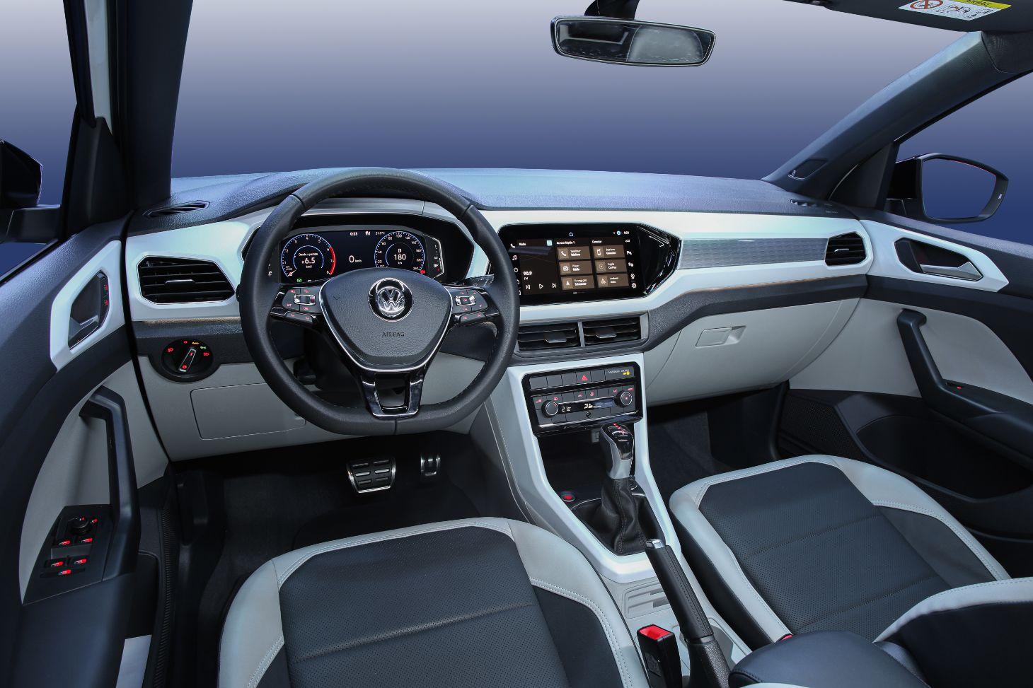 interior do t cross 2021 mostrando volante cambio e central multimidia