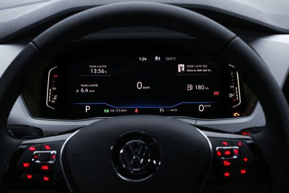 detalhe do volante multifuncional e do painel digital do t cross 2021