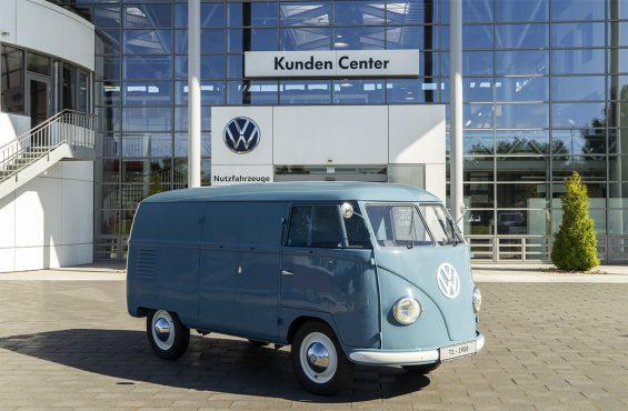 kombi 1950 azul de frente a mais antiga do mundo pertencente a volkswagen