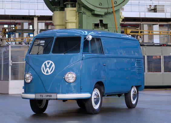 kombi 1950 azul dianteira a mais antiga do mundo pertencente a volkswagen