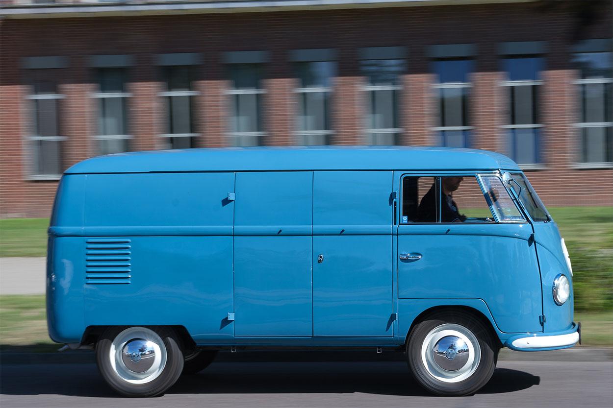 kombi 1950 azul lateral a mais antiga do mundo pertencente a volkswagen