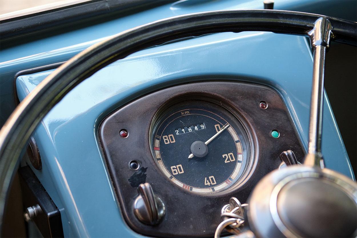 kombi 1950 azul painel a mais antiga do mundo pertencente a volkswagen