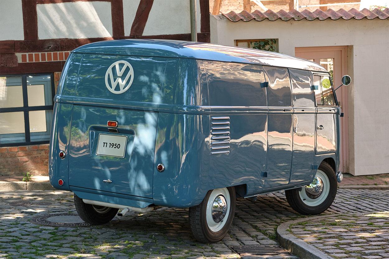kombi 1950 azul traseira a mais antiga do mundo pertencente a volkswagen