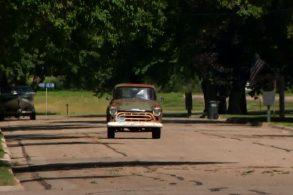 Homem realiza sonho e recompra antiga caminhonete que foi do avô