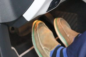 Carro automático: use o pé esquerdo para frear!