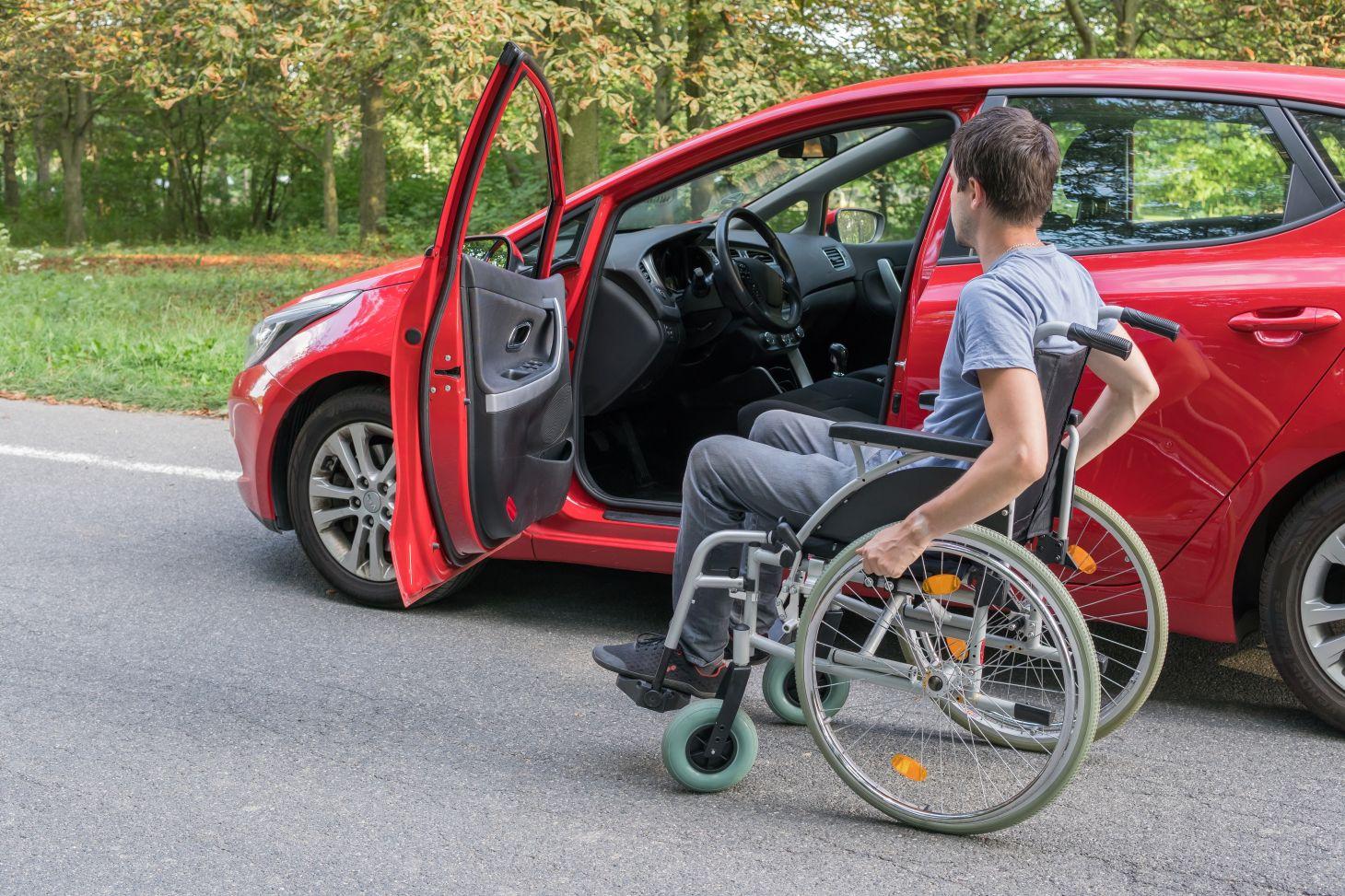 pessoa com deficiencia pcd olhando interior de um veiculo