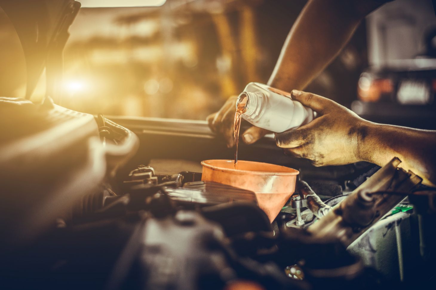 mecanico especialista trocando oleo motor carro