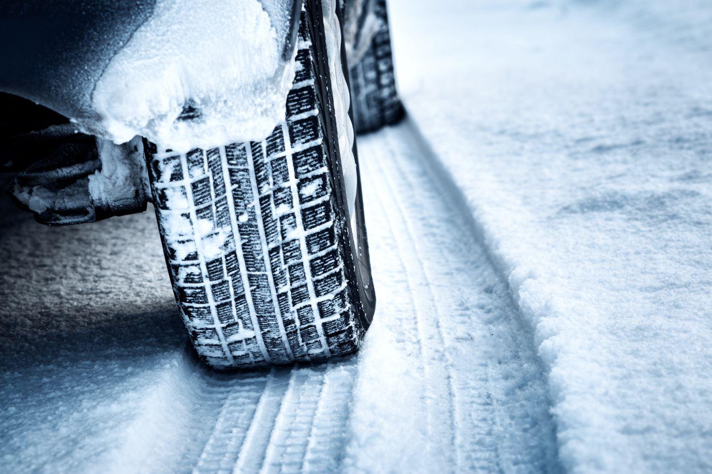 pneu de carro rodando na neve