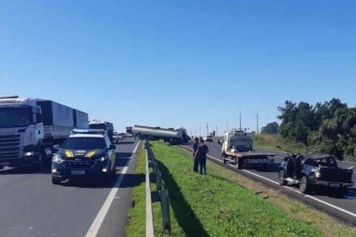 carro da policia federal em frente a acidente de transito em rodovia do panara sul do brasil