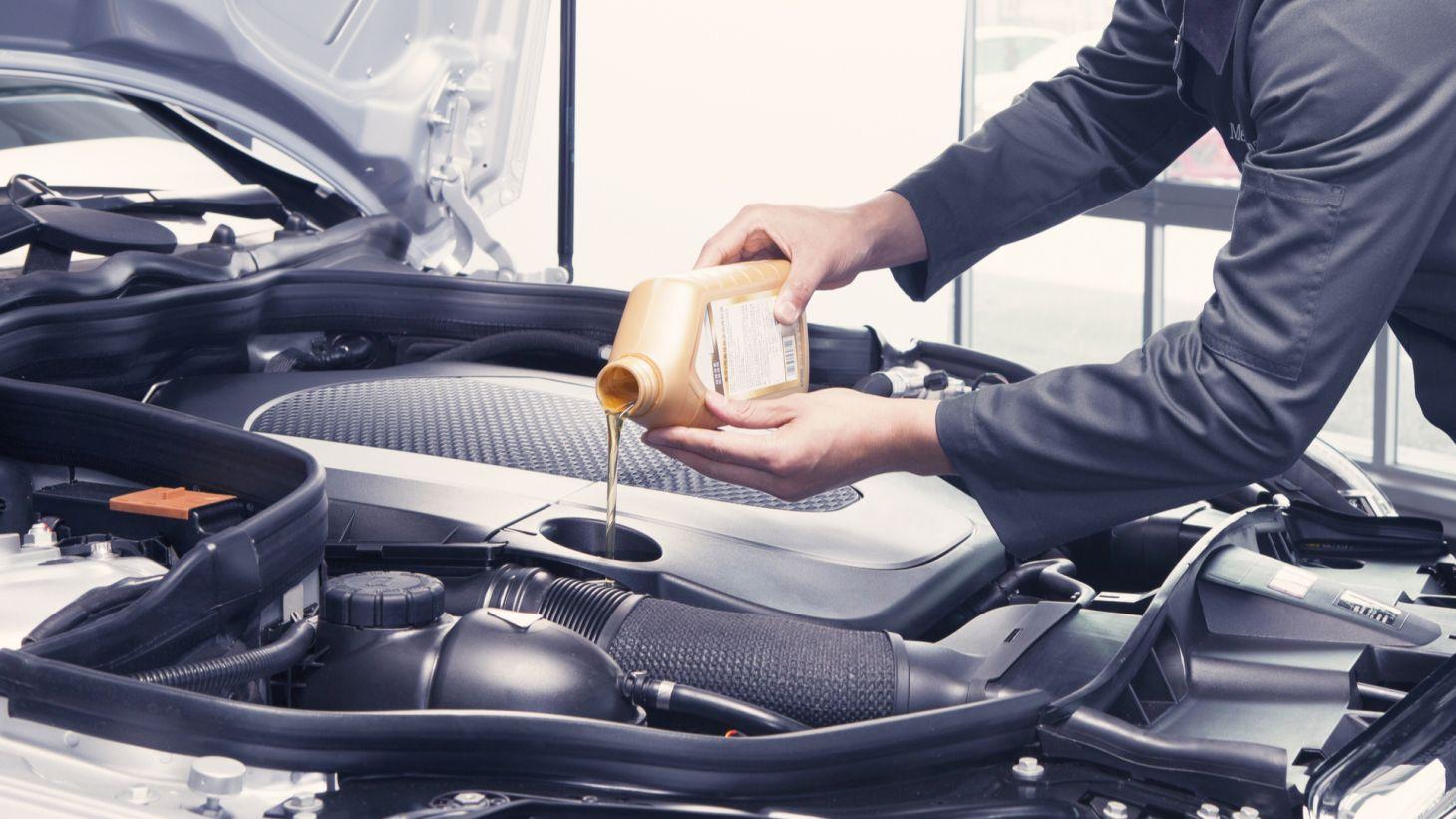 dono carro colocando oleo motor automovel