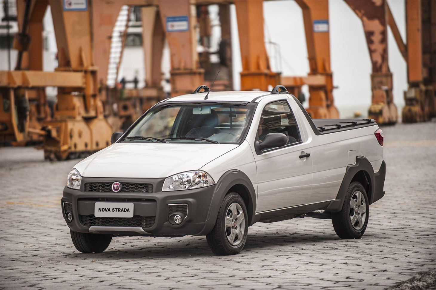 fiat strada working branca de frente