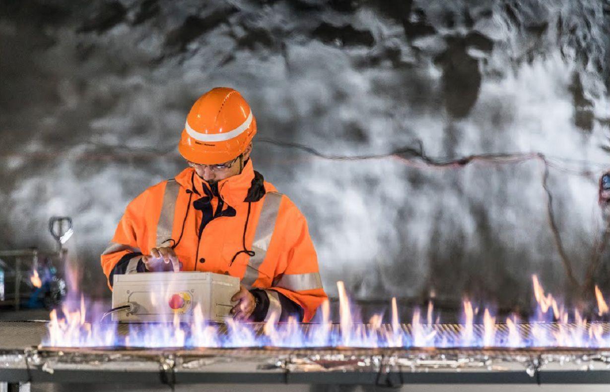 homem faz teste de incendio em modulo de bateria de carro eletrico